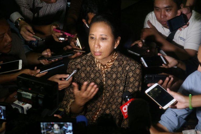 Ibu Rini sedang di wawancara pewarta berita - by Arisman