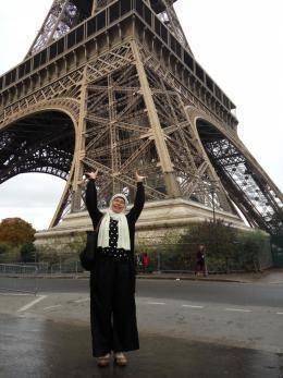 Di bawah menara Eiffel-Paris